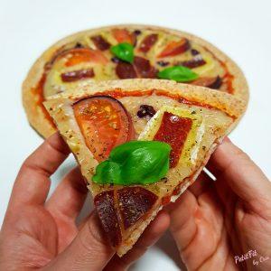 tortipizza de lomo ibérico, queso brie, tomate azul y moras frescas