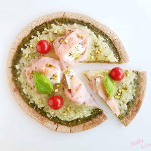 pizza al pesto con pavo, requesón de cabra y pistachos
