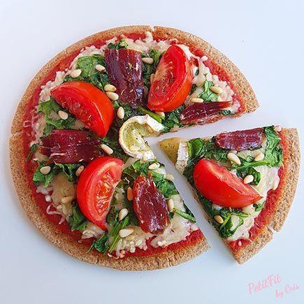 pizza con espinacas jamon iberico rulo de cabra y piñones
