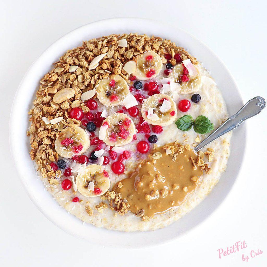 porridge de yogur de cabra con muesli fruta y crema de cacahuete crujiente