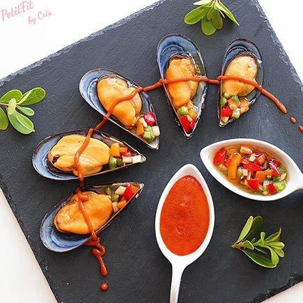 mejillones al vapor con salsa picante y vinagreta de frutos rojos
