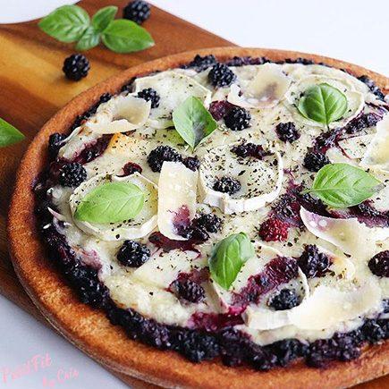 pizza de espelta a los 4 quesos con moras