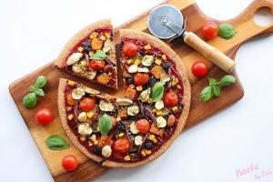 pizza de espelta vegana con datiles crujientes de verdura frutos secos y bayas
